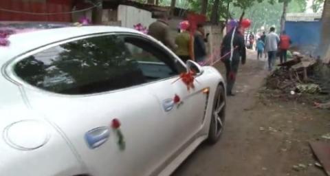 Cha mẹ kéo xe hoa cho con trong ngày cưới gây phẫn nộ - 1