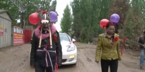 Cha mẹ kéo xe hoa cho con trong ngày cưới gây phẫn nộ - 4