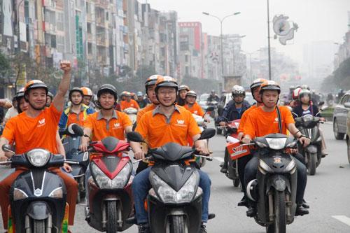 """""""Cơn lốc cam"""" quét qua hai thành phố Hà Nội và Hồ Chí Minh - 2"""