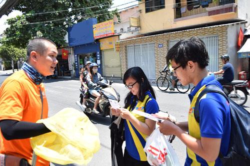 """""""Cơn lốc cam"""" quét qua hai thành phố Hà Nội và Hồ Chí Minh - 3"""