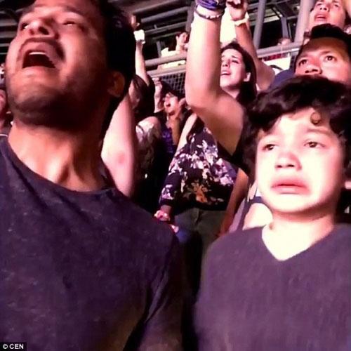 Clip khoảnh khắc cha khóc cùng con tự kỷ gây xúc động - 1