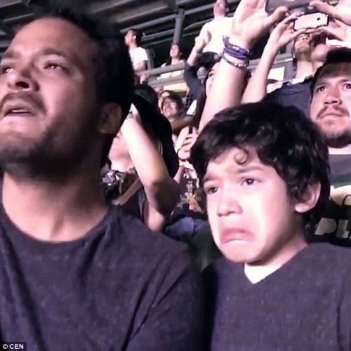 Clip khoảnh khắc cha khóc cùng con tự kỷ gây xúc động - 2