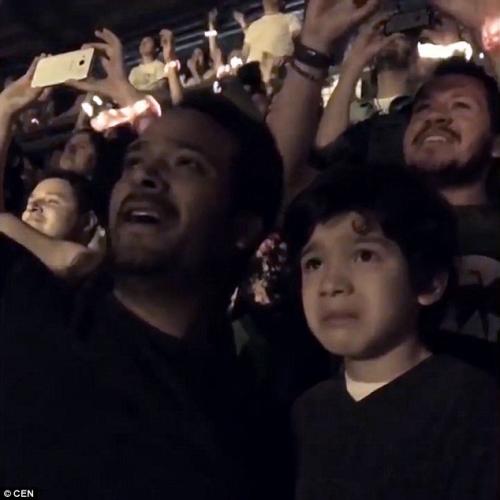 Clip khoảnh khắc cha khóc cùng con tự kỷ gây xúc động - 3