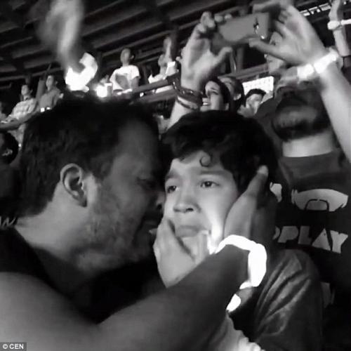 Clip khoảnh khắc cha khóc cùng con tự kỷ gây xúc động - 4