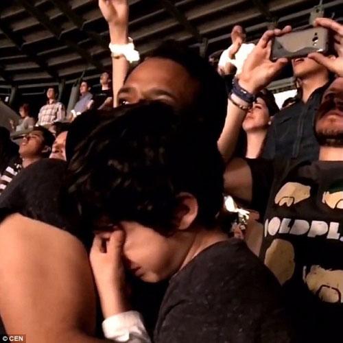 Clip khoảnh khắc cha khóc cùng con tự kỷ gây xúc động - 5
