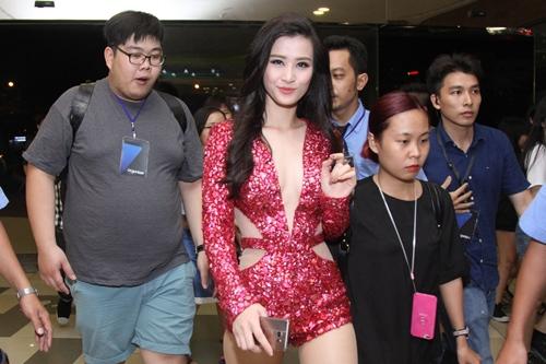 Thanh Hằng kín đáo, Đông Nhi sexy nổi bật tại sự kiện - 12