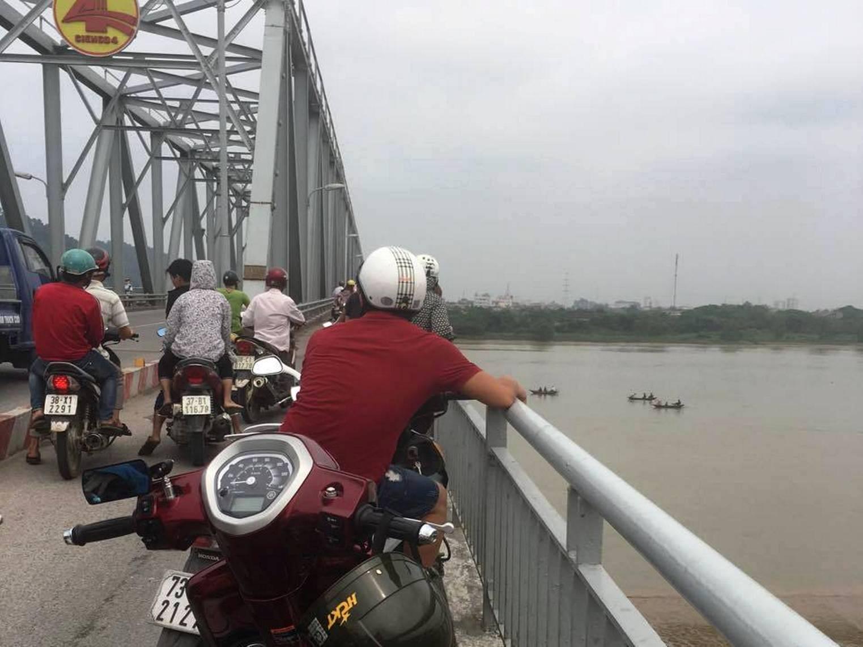 Mẹ trẻ ôm con gái 4 tháng tuổi nhảy sông Lam tự tử - 1