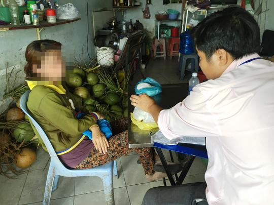 Dùng bột ăn mòn da tay để tẩy trắng dừa tươi ở Sài Gòn - 2