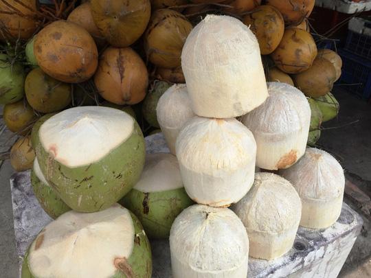 Dùng bột ăn mòn da tay để tẩy trắng dừa tươi ở Sài Gòn - 5