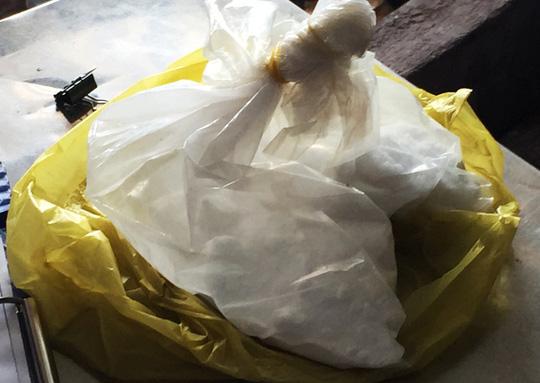 Dùng bột ăn mòn da tay để tẩy trắng dừa tươi ở Sài Gòn - 1