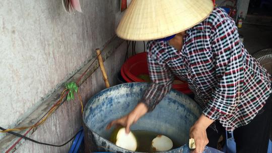 Dùng bột ăn mòn da tay để tẩy trắng dừa tươi ở Sài Gòn - 3