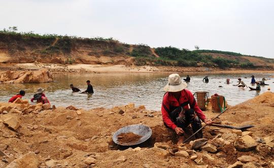 Hàng trăm người ngâm mình dưới chân đập thủy điện tìm vàng - 2