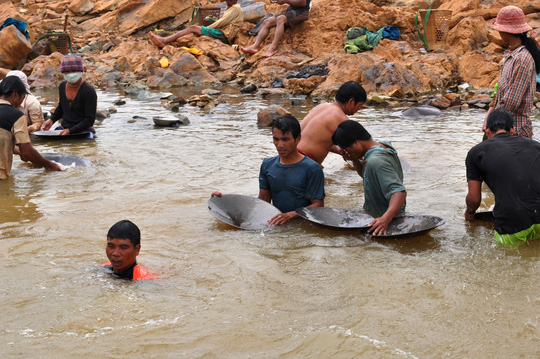 Hàng trăm người ngâm mình dưới chân đập thủy điện tìm vàng - 3