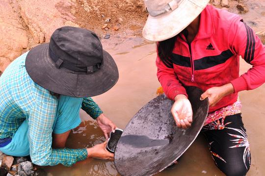 Hàng trăm người ngâm mình dưới chân đập thủy điện tìm vàng - 5