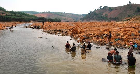Hàng trăm người ngâm mình dưới chân đập thủy điện tìm vàng - 1