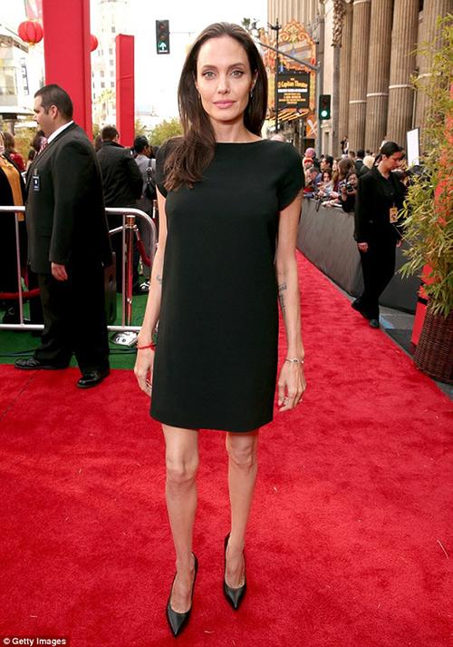 Loạt ảnh Angelina Jolie gầy trơ xương vì bệnh biếng ăn - 7