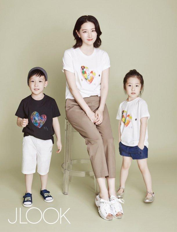 """Fan """"phát sốt"""" với loạt ảnh của 3 mẹ con Lee Young Ae - 1"""