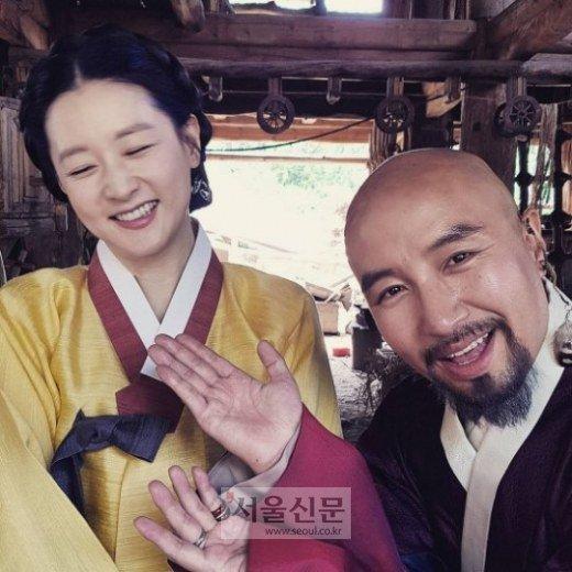 """Fan """"phát sốt"""" với loạt ảnh của 3 mẹ con Lee Young Ae - 10"""