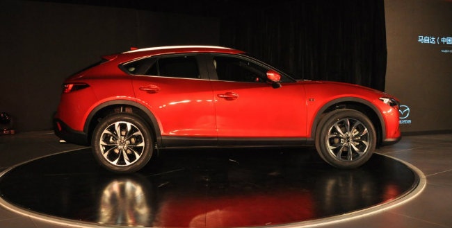 Mazda tiết lộ, CX-4 được thiết kế cho việc sử dụng được thân thiện. Xe có tổng chiều dài 4,6 mét, rộng 1,8 mét và cao 1,5 mét, với tùy chọn hệ dẫn động bánh trước hoặc hệ dẫn động toàn bánh. Trong xe có trang bị kết nối điện thoại thông minh và bộ dụng cụ an toàn cho xe.