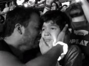 Bạn trẻ - Cuộc sống - Clip khoảnh khắc cha khóc cùng con tự kỷ gây xúc động