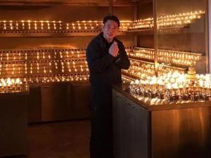 Lý Liên Kiệt tháo kính xuất hiện nơi cửa Phật
