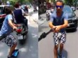 Trai Tây bám xe máy trượt patin gây xôn xao ở Hà Nội