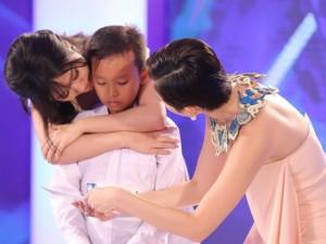 Tóc Tiên áy náy khi khiến cậu bé hát đám cưới khóc