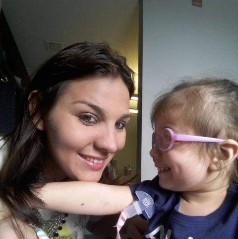 Xúc động bé gái mù hạnh phúc khi lần đầu nhìn thấy mẹ - 2