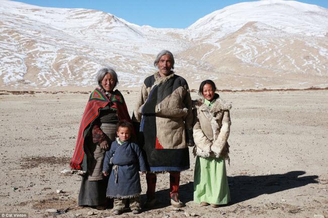 Nhiếp ảnh gia Vinton chụp các thành viên của gia đình ông Gaysto mà cô đã sống cùng suốt hai tháng. Con gái của chủ nhà Sonam đứng bên phải, trong khi con trai Karma và vợ Yangyen đứng bên trái.