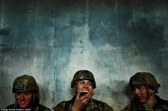 Thượng sĩ Kenny Holston thuộc Không quân Mỹ đã giành giải thưởng Nhiếp ảnh gia của năm với bức ảnh chụp các binh sĩ của đơn vị kiểm soát chiến đấu thuộc Không quân Mỹ cười đùa với nhau khi ăn trong một buổi huấn luyện.