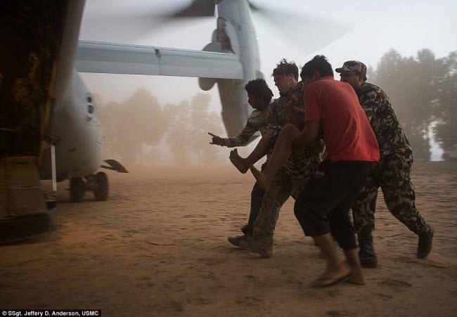 Bức ảnh lính dù của Không quân Mỹ trợ giúp sơ tán nạn nhân động đất ở Nepal hồi tháng 5.2015 đã giành được giải nhất ở hạng mục Hoạt động chiến đấu.