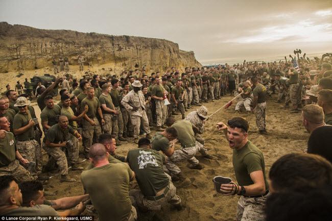 Các binh sĩ thuộc Tiểu đoàn do thám bọc thép hạng nhẹ của Lính thủy đánh bộ Mỹ tham gia cuộc thi kéo co tại căn cứ quân sự Pendleton ở bang California.