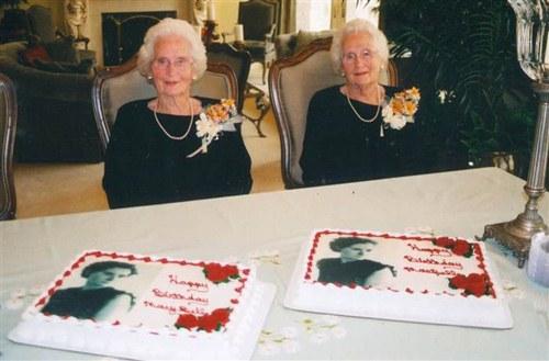 Cặp song sinh suốt 100 năm không rời xa nửa bước - 1