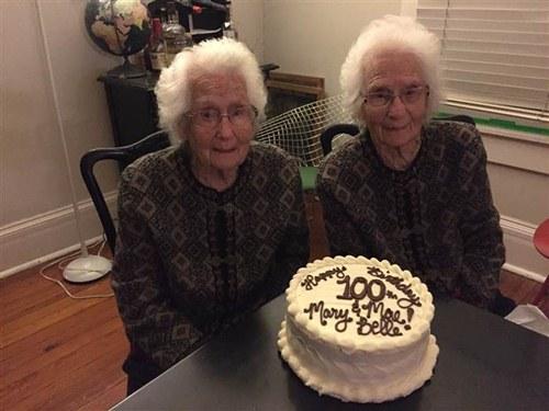 Cặp song sinh suốt 100 năm không rời xa nửa bước - 7