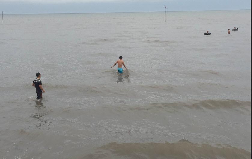 Quất Lâm biển gọi 2016 - Khách tắm biển chỉ đếm đầu ngón tay - 1