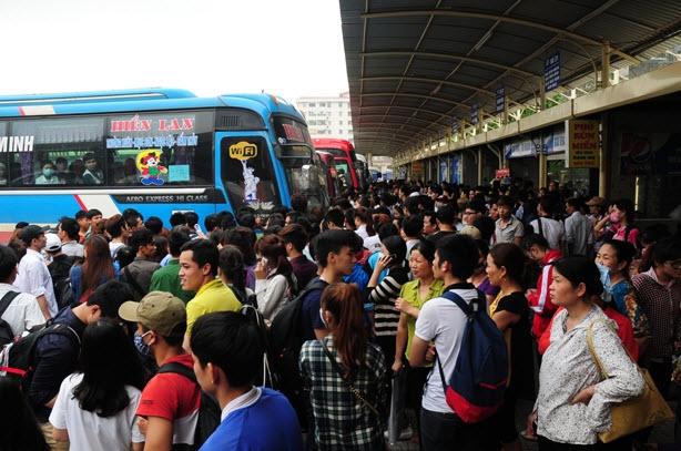 Xếp hàng cả tiếng đồng hồ mua vé rời Thủ đô nghỉ lễ - 1