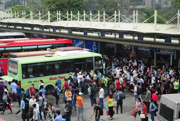Xếp hàng cả tiếng đồng hồ mua vé rời Thủ đô nghỉ lễ - 3