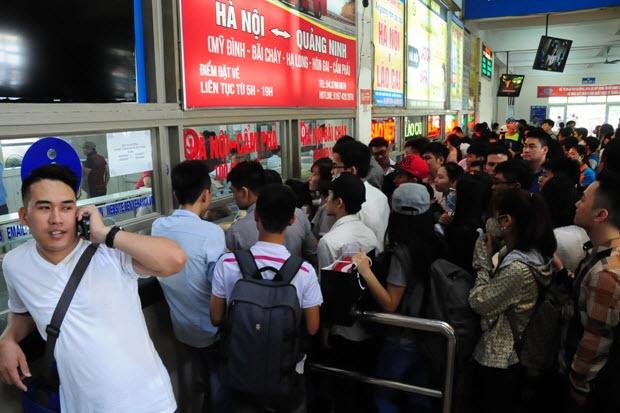 Xếp hàng cả tiếng đồng hồ mua vé rời Thủ đô nghỉ lễ - 4