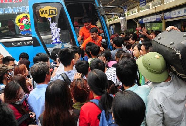 Xếp hàng cả tiếng đồng hồ mua vé rời Thủ đô nghỉ lễ - 14