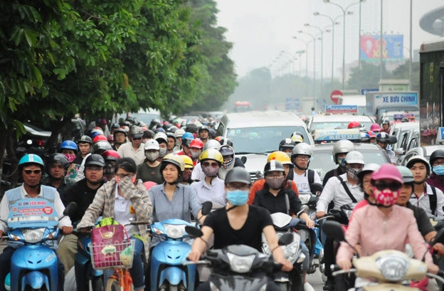 Xếp hàng cả tiếng đồng hồ mua vé rời Thủ đô nghỉ lễ - 15