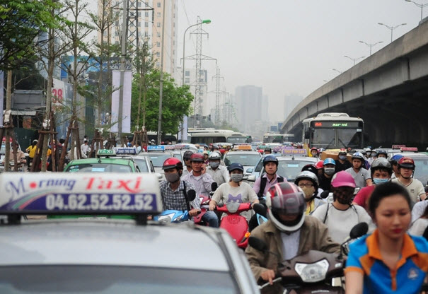 Xếp hàng cả tiếng đồng hồ mua vé rời Thủ đô nghỉ lễ - 16