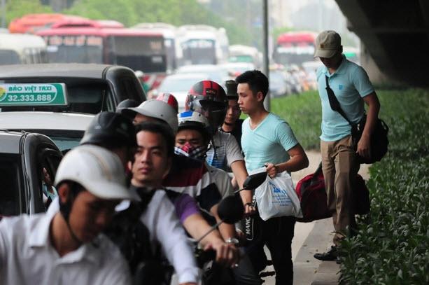 Xếp hàng cả tiếng đồng hồ mua vé rời Thủ đô nghỉ lễ - 17
