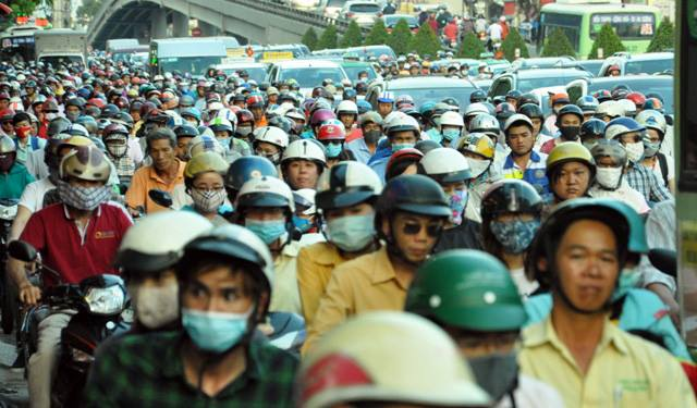 Người dân ùn ùn về quê, đường phố Sài Gòn kẹt cứng - 3