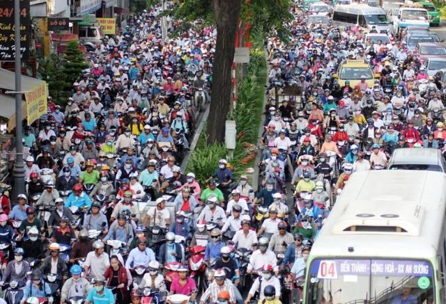 Người dân ùn ùn về quê, đường phố Sài Gòn kẹt cứng - 1