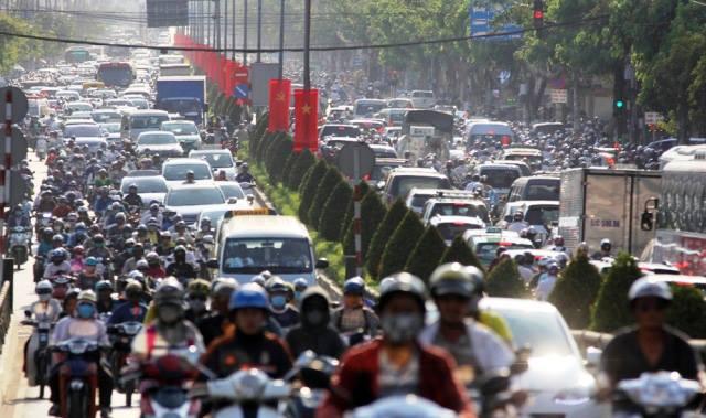 Người dân ùn ùn về quê, đường phố Sài Gòn kẹt cứng - 5