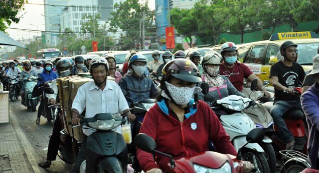 Người dân ùn ùn về quê, đường phố Sài Gòn kẹt cứng - 4