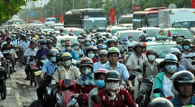 Người dân ùn ùn về quê, đường phố Sài Gòn kẹt cứng - 6