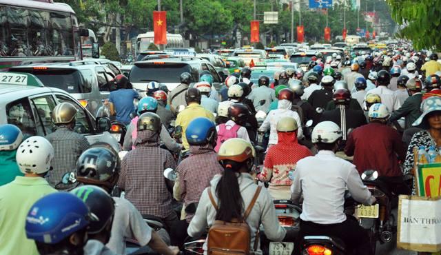 Người dân ùn ùn về quê, đường phố Sài Gòn kẹt cứng - 2