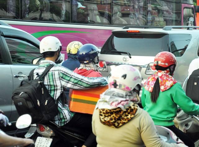 Người dân ùn ùn về quê, đường phố Sài Gòn kẹt cứng - 7