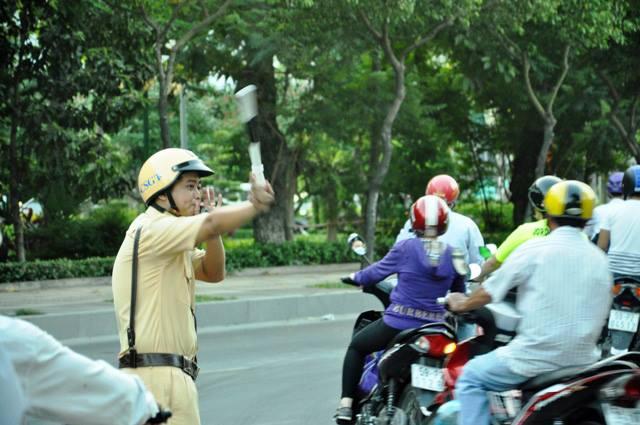 Người dân ùn ùn về quê, đường phố Sài Gòn kẹt cứng - 9